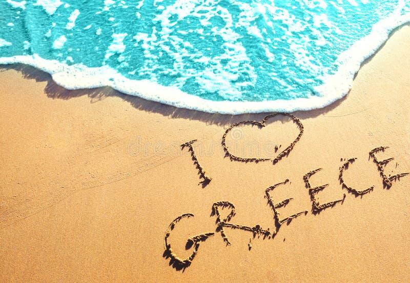 Spiaggia sabbiosa dorata con l'iscrizione sulla sabbia dal marino io amore Grecia Migliori spiagge in Europa fotografia stock libera da diritti