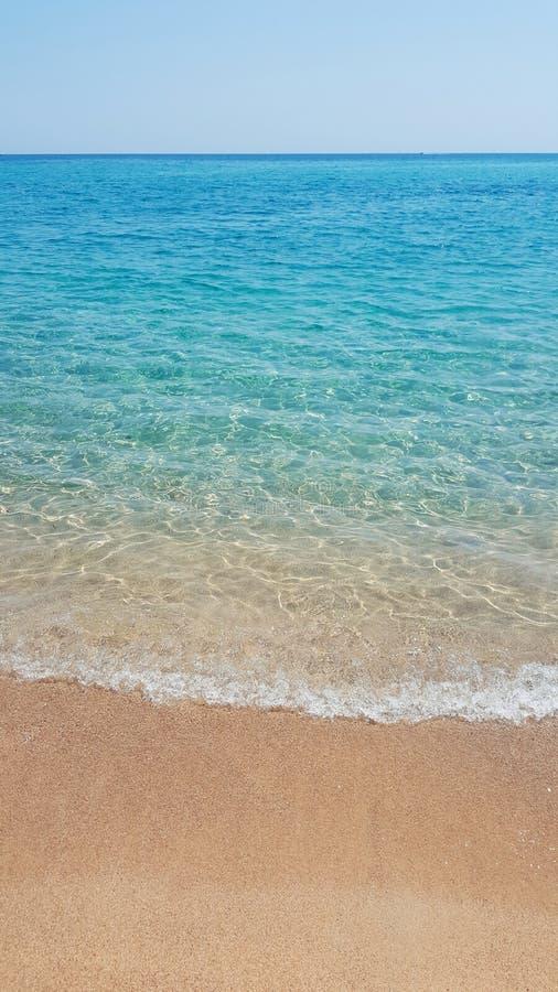Spiaggia sabbiosa e mare tropicali fotografie stock libere da diritti