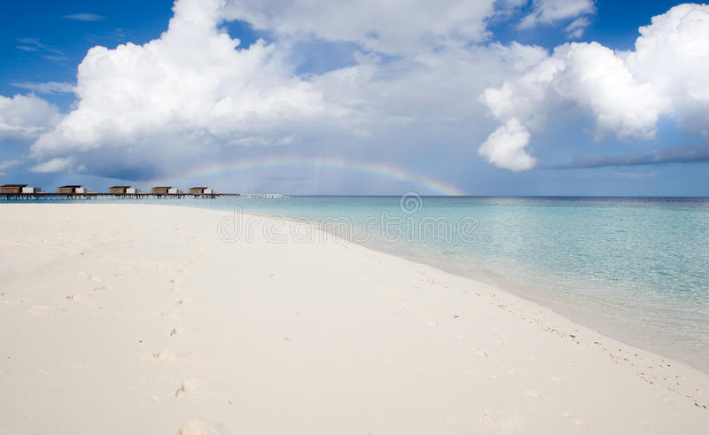 Spiaggia sabbiosa e Rainbow bianchi fotografia stock
