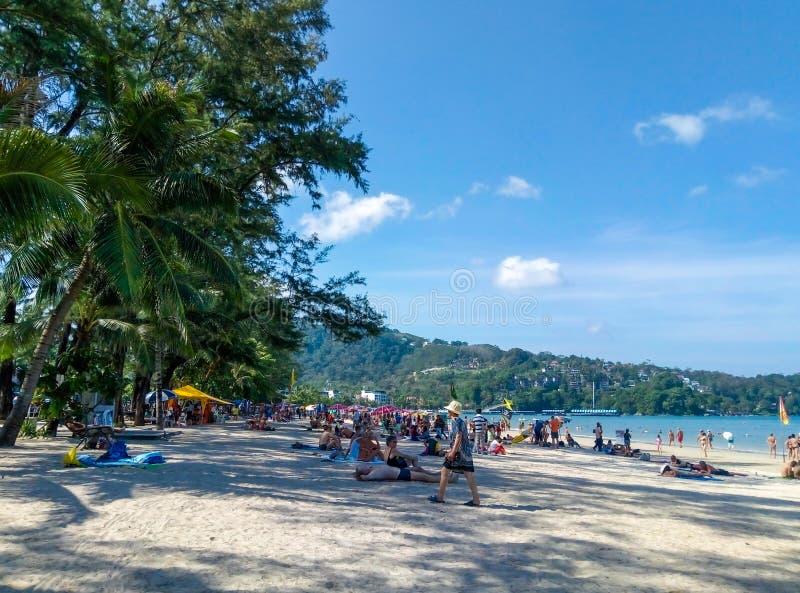 Spiaggia sabbiosa tropicale con i villeggianti Spiaggia reale di Phuket in Tailandia immagine stock