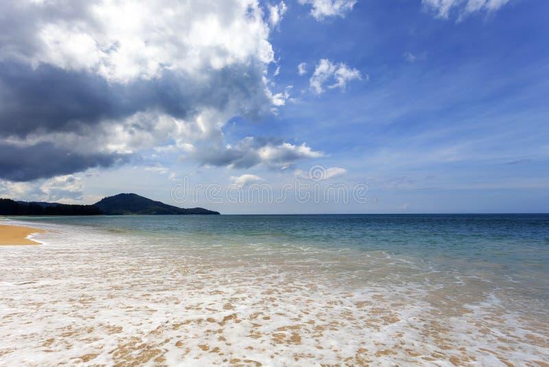 Spiaggia sabbiosa tropicale con l'immagine di sfondo blu del cielo blu e dell'oceano per il fondo della natura o il fondo di esta fotografie stock libere da diritti