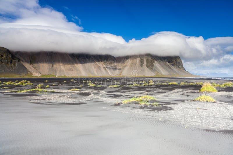 Spiaggia sabbiosa vicino a Stokksnes, Islanda orientale fotografia stock
