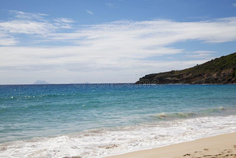 Spiaggia salina alla st Barths, Antille francesi con la vista alle isole della st Eustatius e Saba fotografie stock
