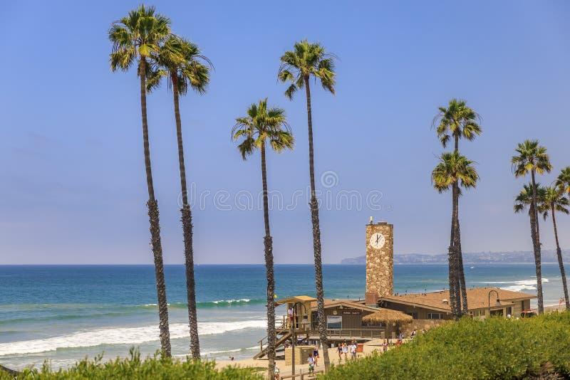 Spiaggia a San Clemente, famosa destinazione turistica in California, USA con il molo e una torre di bagnate immagini stock libere da diritti