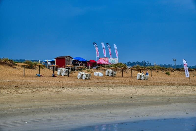 Spiaggia, scuola di surf, divertimento fotografie stock libere da diritti