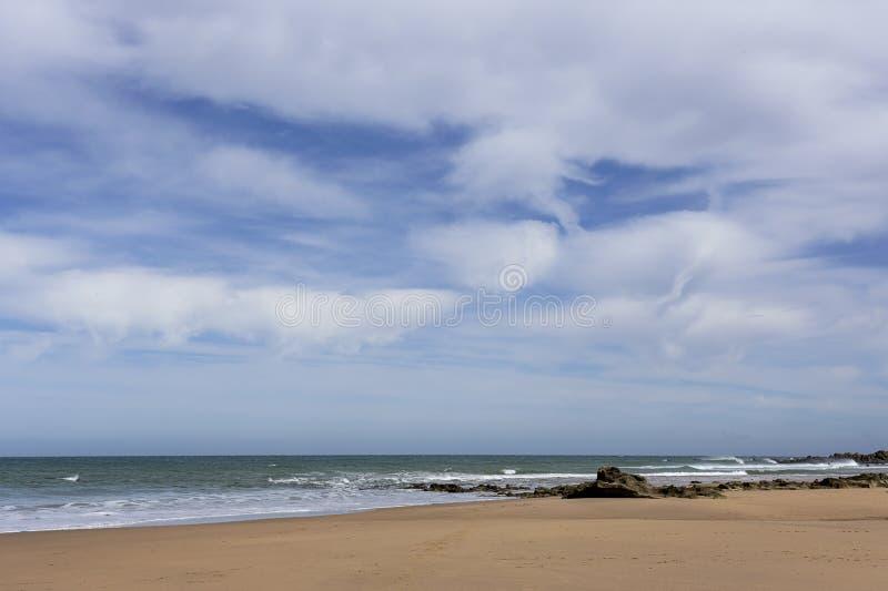 Spiaggia selvaggia tipica a Tangeri fotografia stock