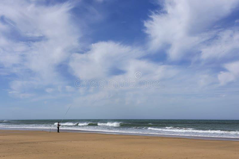 Spiaggia selvaggia tipica a Tangeri immagine stock