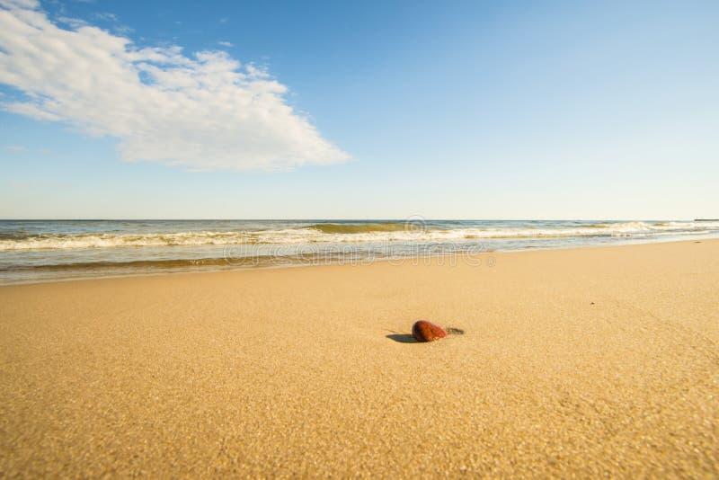Spiaggia solitaria del Mar Baltico con il ciottolo fotografia stock libera da diritti
