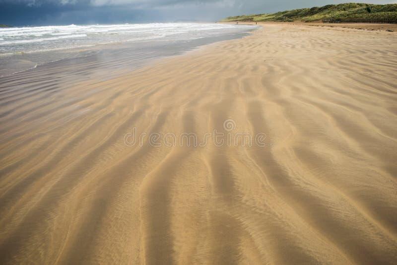 Spiaggia a strisce in Portrush immagini stock