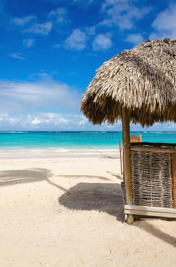 Spiaggia stupefacente con la capanna esotica, Repubblica dominicana, isole dei Caraibi fotografie stock