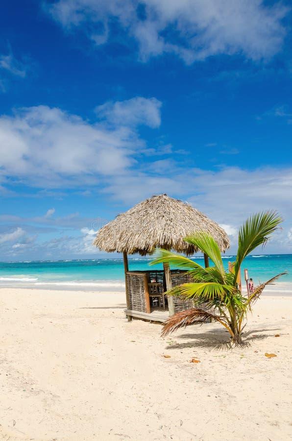 Spiaggia stupefacente con la capanna esotica, Repubblica dominicana, isole dei Caraibi immagini stock libere da diritti
