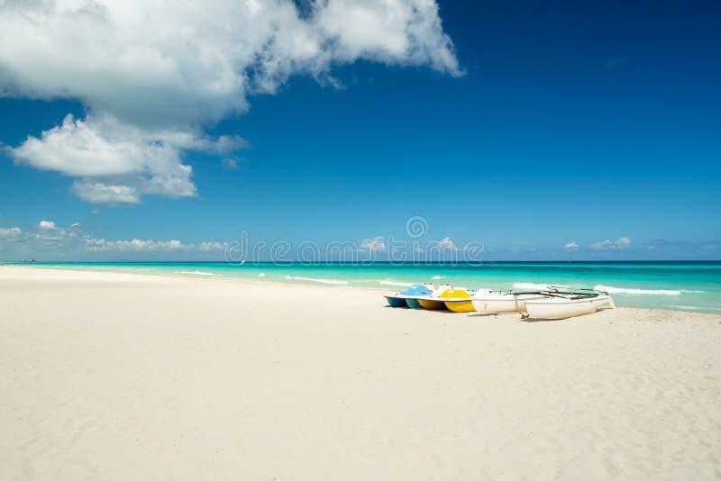 Spiaggia stupefacente di Varadero durante il giorno soleggiato immagine stock libera da diritti
