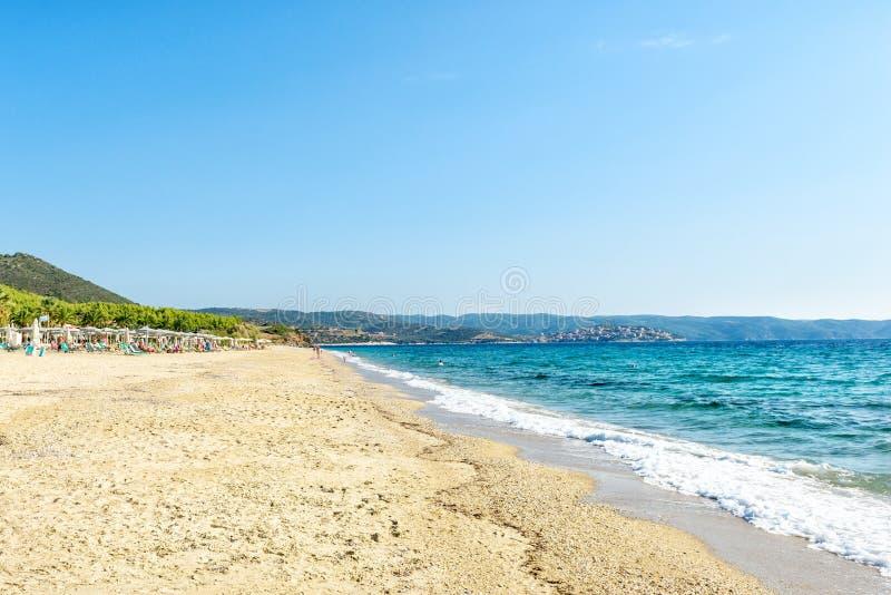 Spiaggia sul Mediterraneo in un chiaro giorno soleggiato, Grecia, Halkidiki immagini stock