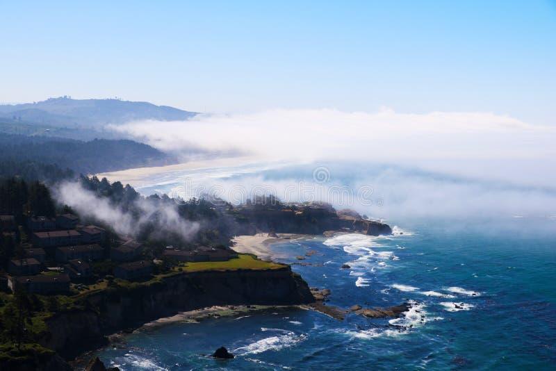 Spiaggia sull'oceano, vista da sopra Oceano Pacifico, California fotografia stock