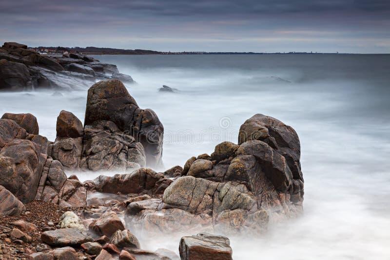Spiaggia tempestosa di tramonto fotografia stock