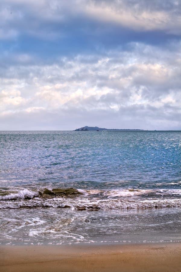 Spiaggia tranquilla appena prima una tempesta, isola di Hainan, Cina immagini stock libere da diritti