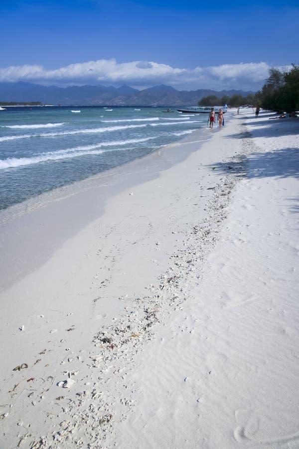 Spiaggia trawangan di camminata Indonesia di gili delle coppie immagine stock