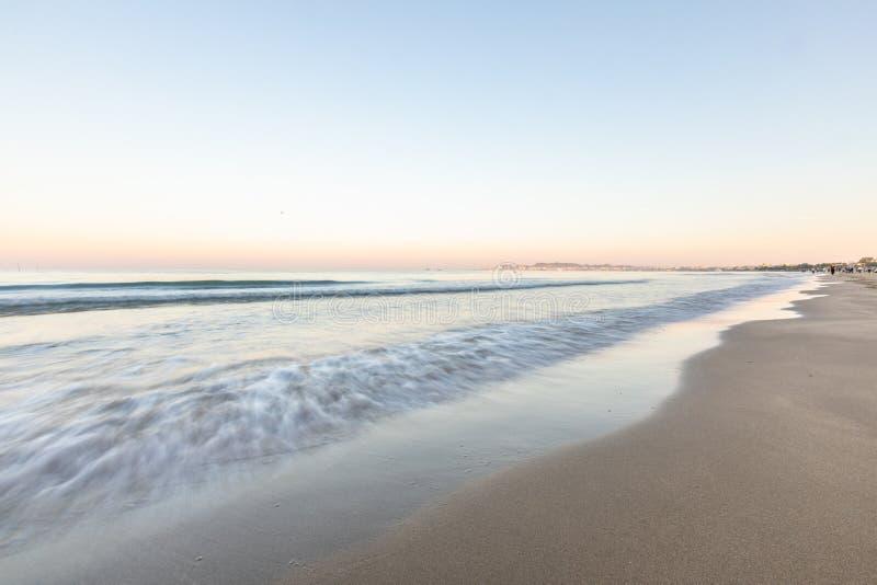 Spiaggia tropicale con l'assicella bianca in Albania Mare ionico fotografie stock libere da diritti