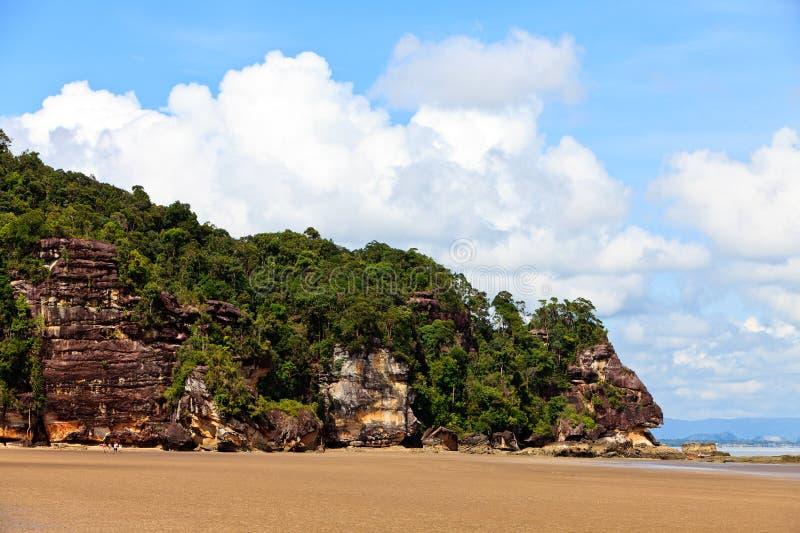 Spiaggia tropicale con la montagna rocciosa fotografie stock