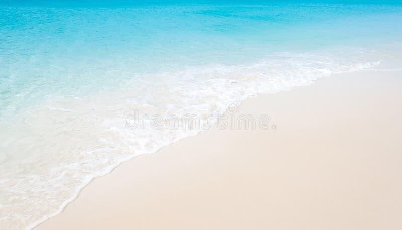 Spiaggia tropicale con la sabbia bianca di corallo e l'onda calma fotografia stock