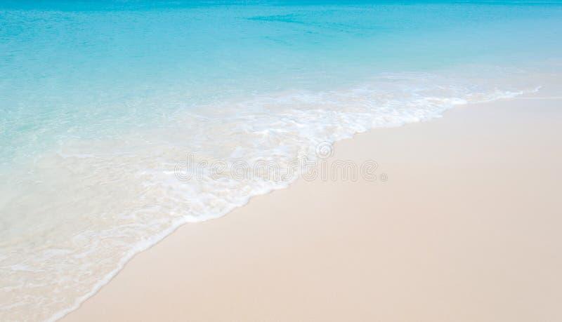Spiaggia tropicale con la sabbia bianca di corallo e l'onda calma immagini stock libere da diritti