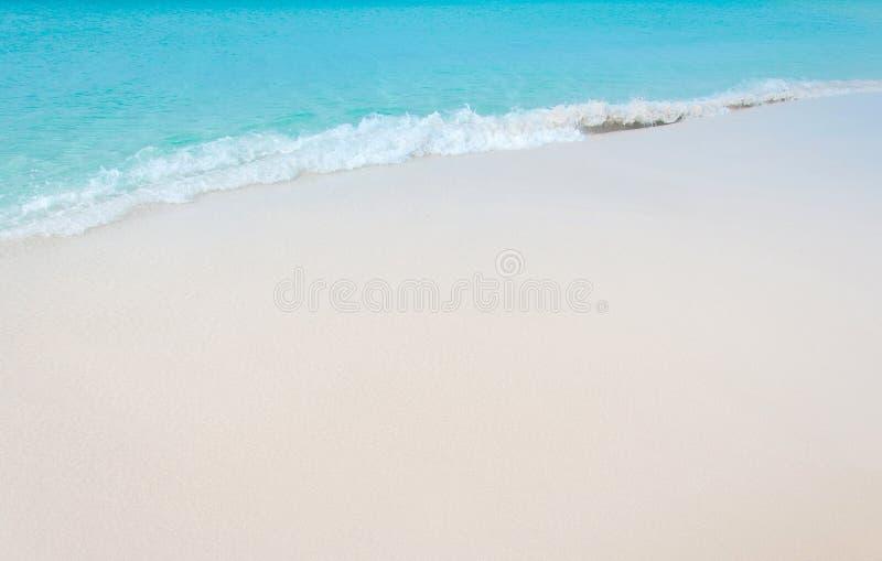 Spiaggia tropicale con la sabbia bianca di corallo e l'onda calma fotografia stock libera da diritti