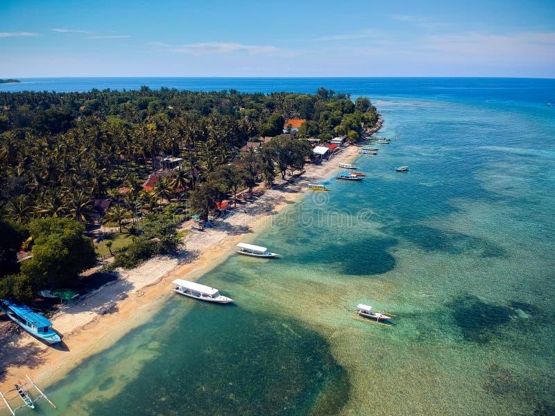 Spiaggia tropicale con le barche e una bella vista dalla cima immagine stock