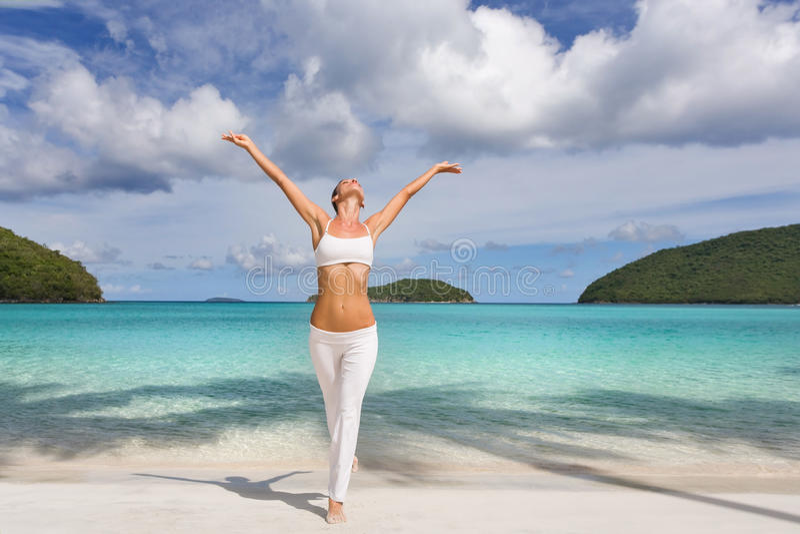 Spiaggia tropicale della donna immagine stock libera da diritti
