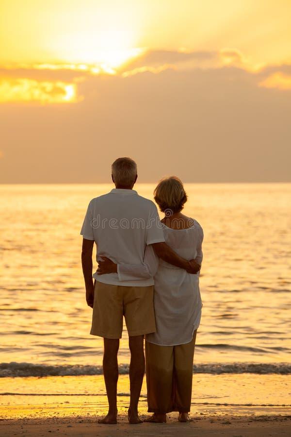 Spiaggia tropicale di tramonto senior delle coppie fotografie stock libere da diritti