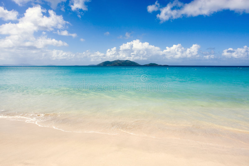 Spiaggia tropicale e mare blu immagini stock libere da diritti