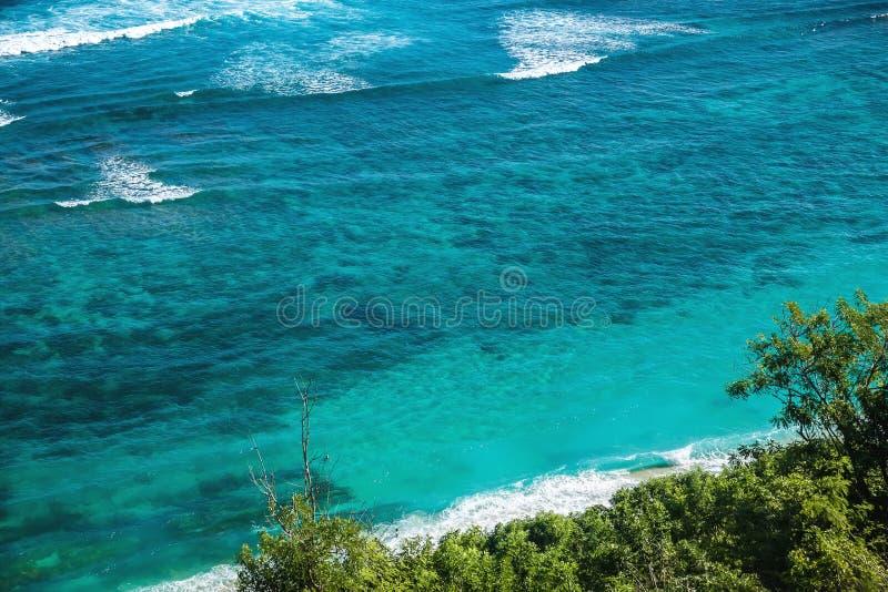 Spiaggia tropicale ed oceano blu con acqua di cristallo in Bali fotografia stock