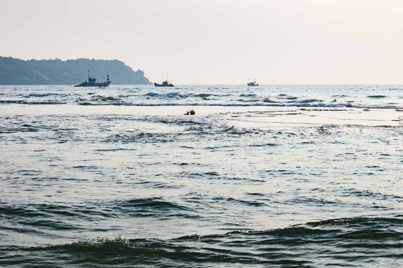 Spiaggia tropicale nel tempo di riflusso sul tramonto, Goa, India immagini stock