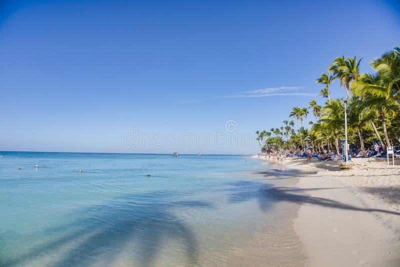 Spiaggia tropicale sabbiosa bianca sul dominicano Rebublic fotografie stock