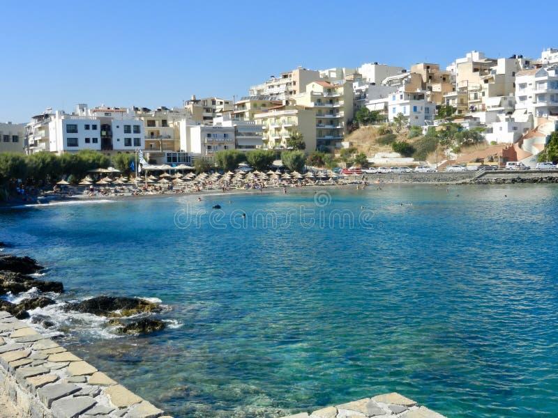 Spiaggia turistica e Mirabello bay Agios Nikolaos Crete fotografia stock libera da diritti