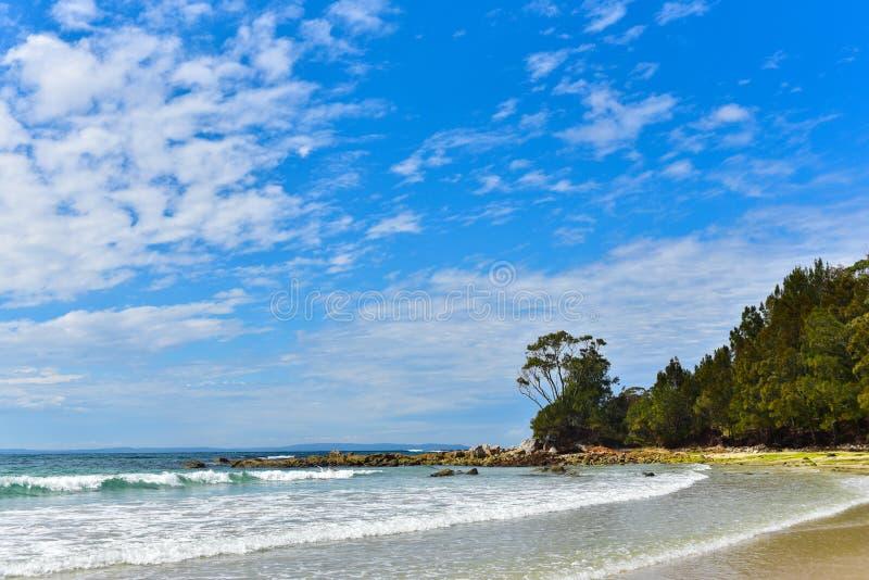 Spiaggia vuota dall'oceano fotografia stock libera da diritti