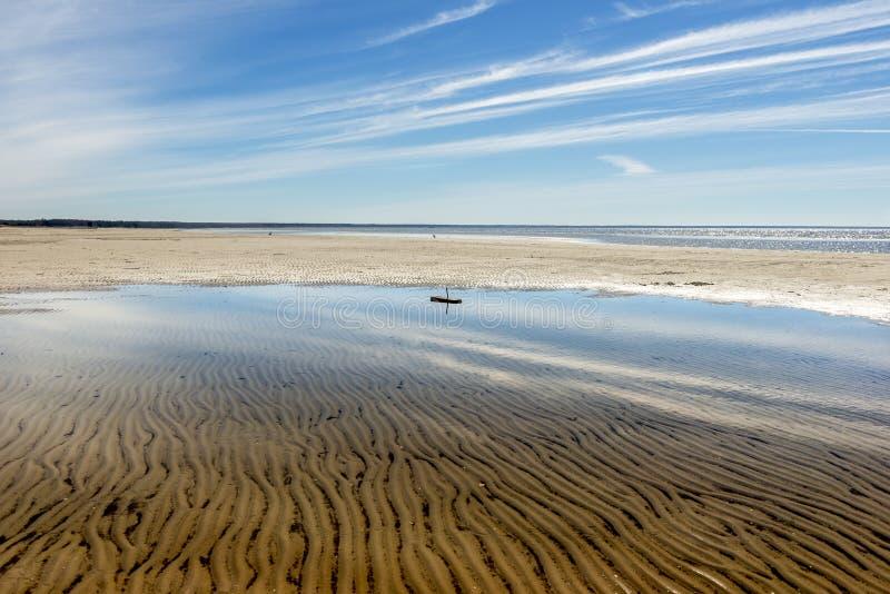 Spiaggia vuota Riflessione presto nell'acqua fotografia stock libera da diritti