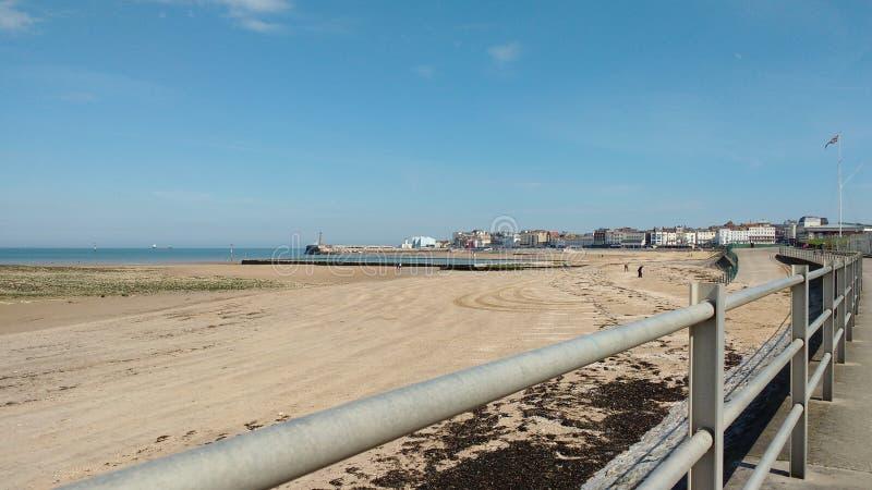 Spiaggia vuota un giorno soleggiato fotografia stock