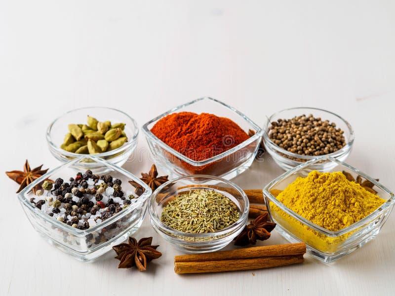 Spice комплект-кориандр, красный пеец, турмерин, циннамон, анисовка звезды, стоковые изображения
