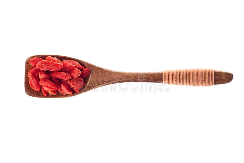 Spice ягода Goji в деревянной ложке изолированной на белой предпосылке стоковые изображения