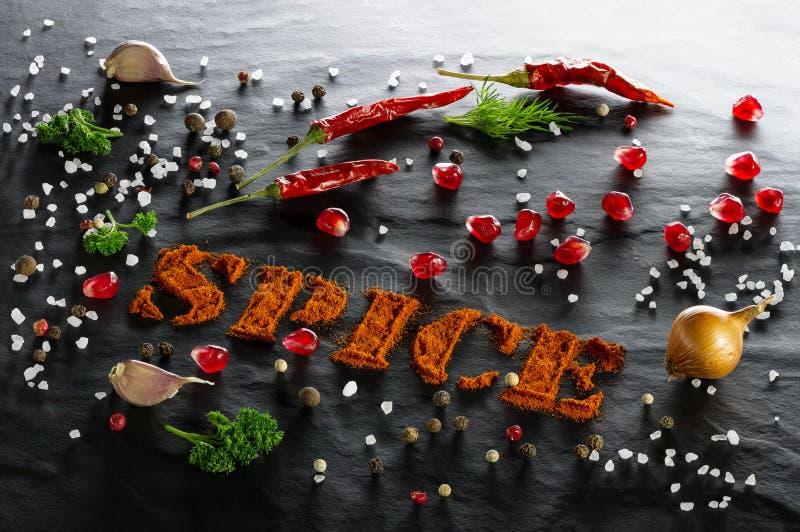 spice Paprika à terra, pimenta de pimentão, alho, salsa, aneto, fim sortido das pimentas, da romã, da cebola e do sal do mar acim fotos de stock