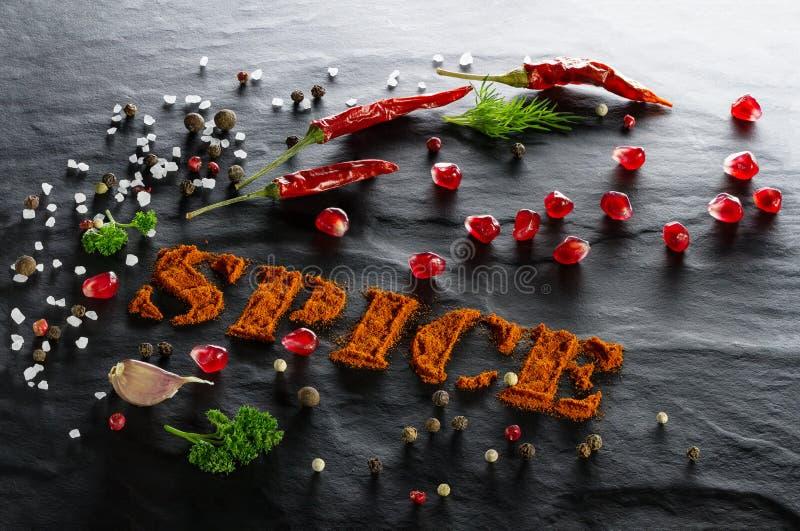 spice Paprika à terra, pimenta de pimentão, alho, salsa, urop, fim sortido das pimentas, da romã e do sal do mar acima imagem de stock