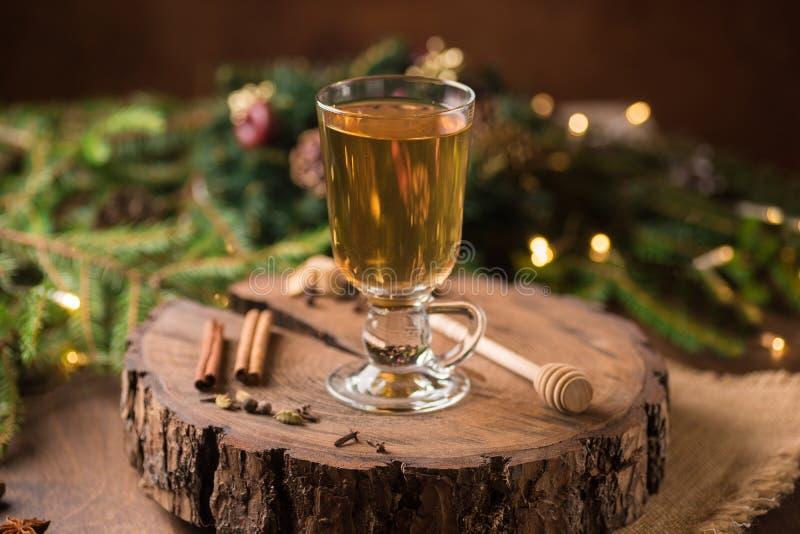 Spiced яблочный сидр обдумывал Sangria в стеклянной чашке на деревянном backgro стоковое изображение