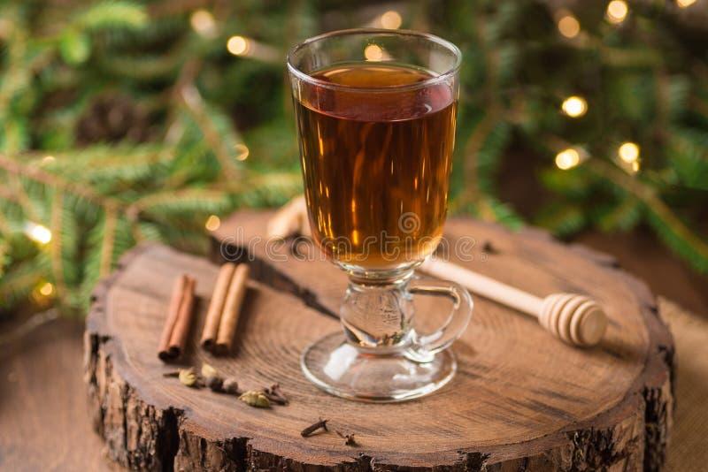 Spiced яблочный сидр обдумывал Sangria в стеклянной чашке на деревянном backgro стоковые фото