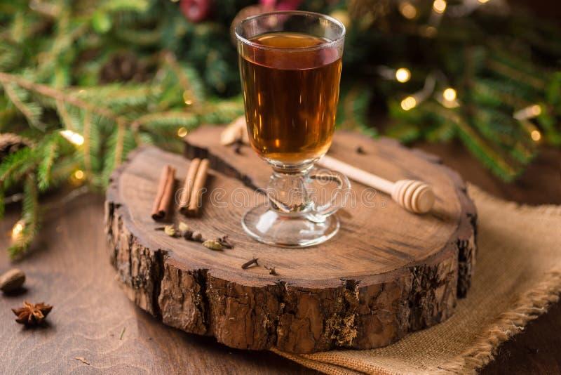 Spiced яблочный сидр обдумывал Sangria в стеклянной чашке на деревянном backgro стоковое изображение rf