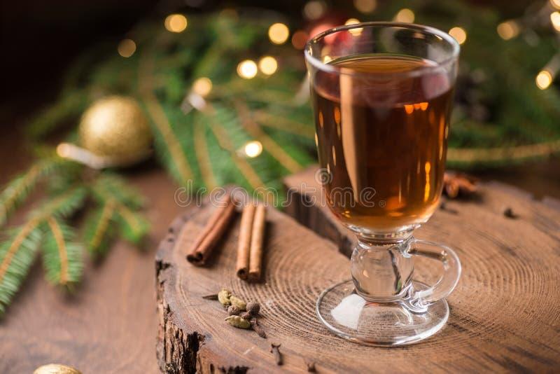 Spiced яблочный сидр обдумывал Sangria в стеклянной чашке на деревянном backgro стоковое фото rf