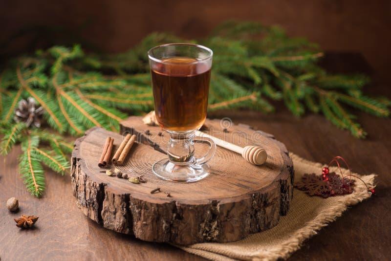Spiced яблочный сидр обдумывал Sangria в стеклянной чашке на деревянном backgro стоковая фотография rf