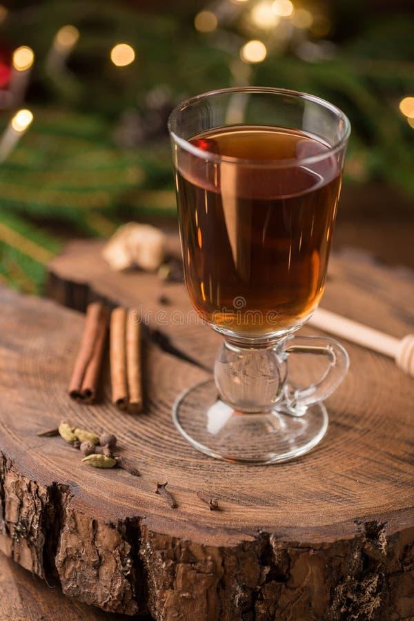 Spiced яблочный сидр обдумывал Sangria в стеклянной чашке на деревянном backgro стоковые фотографии rf