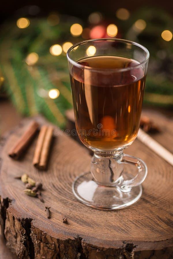 Spiced яблочный сидр обдумывал Sangria в стеклянной чашке на деревянном backgro стоковое фото