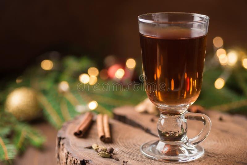 Spiced яблочный сидр обдумывал Sangria в стеклянной чашке на деревянном backgro стоковые изображения