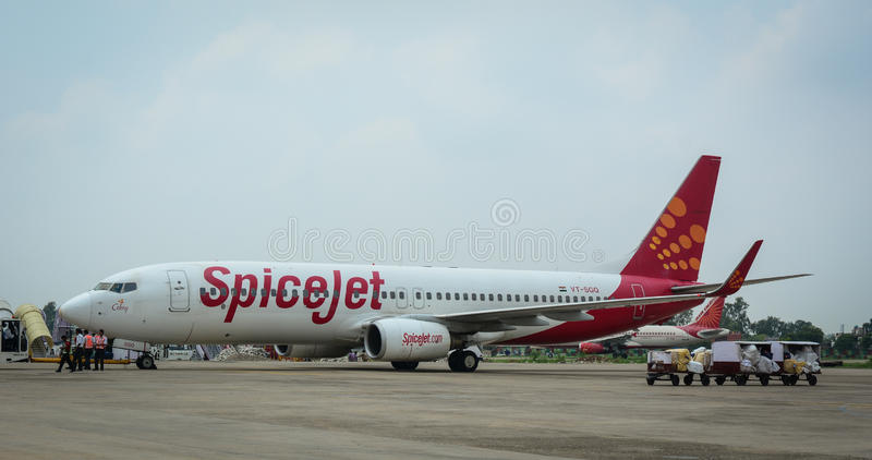 SpiceJet-Flugzeug auf Rollbahn am Flughafen in Jammu, Indien lizenzfreie stockfotos